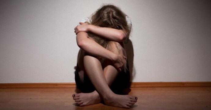 Homem que confessou estuprar enteada é espancado dentro da cadeia