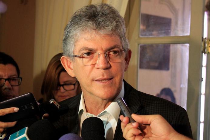 """Ricardo evita comentar suposta crítica de Enivaldo e diz que é """"tempo de calar""""; ouça"""