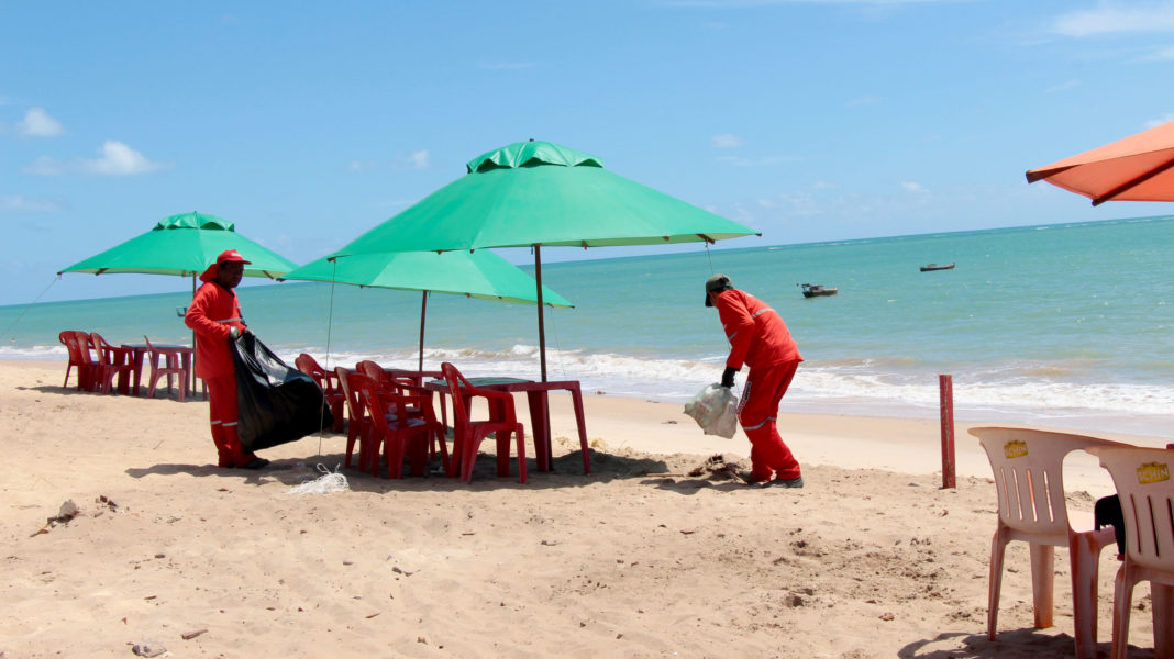 Após festejos, equipes de limpeza no Conde fazem esforço para limpar praias