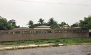 """Prefeito paraibano é acusado de construir """"paredão"""" em frente de casa para evitar população"""
