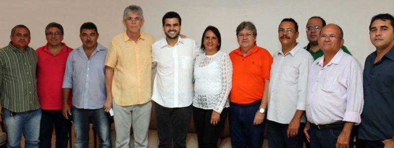 Enquanto oposição 'bate cabeça', João Azevêdo recebe o apoio de mais um prefeito
