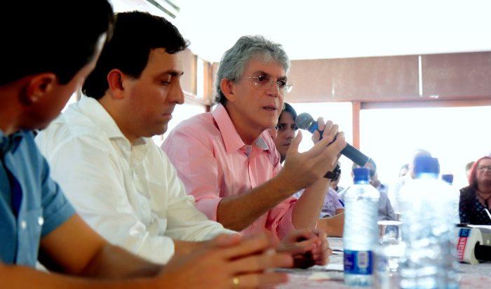 Governador entrega escrituras de casas do Projeto Mariz I e II, em Mangabeira