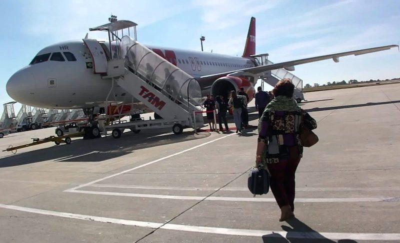 Bolsonaro apresenta projeto que permite a cidadão entrar armado em avião