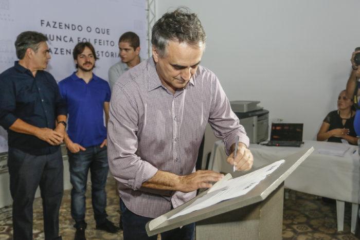 Prefeito de JP assina termos de uso do Villa Sanhauá com moradores e comerciantes