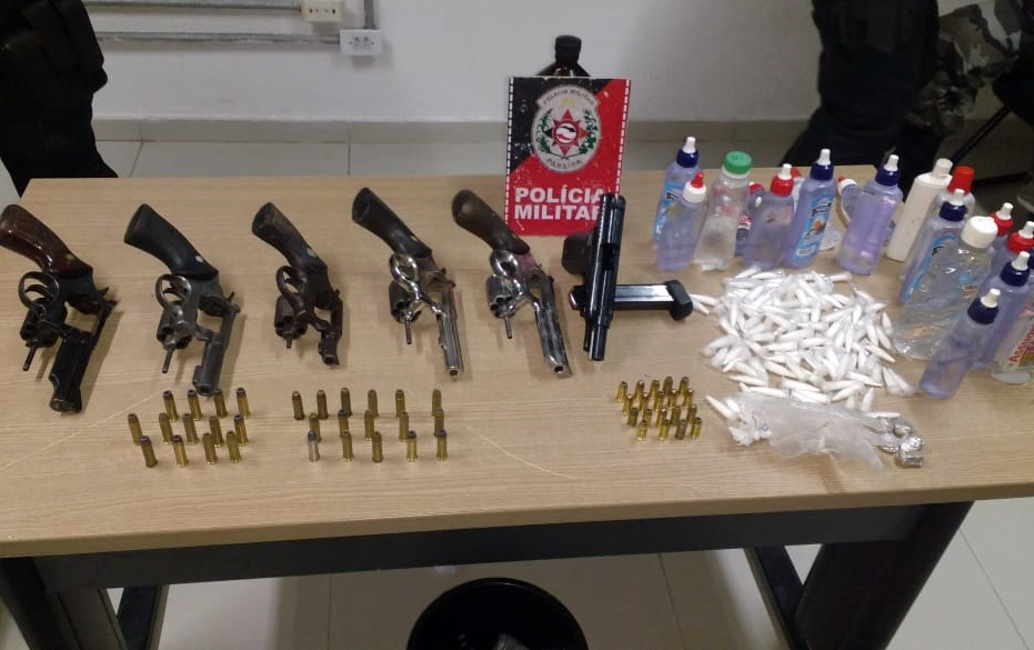 Polícia Militar apreende armas de fogo, munições e drogas em baile funk na Paraíba