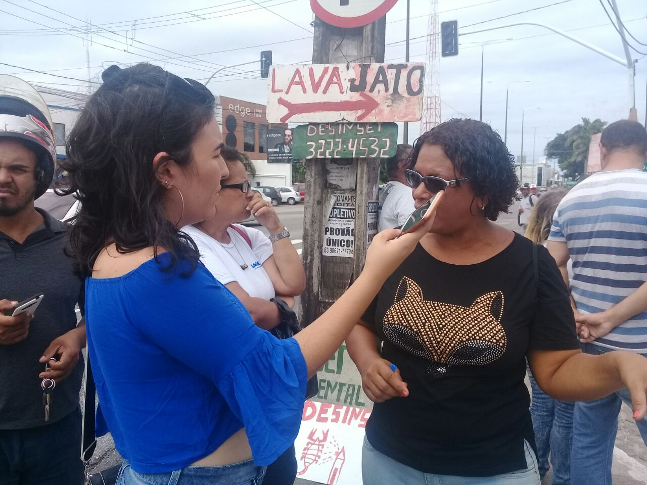Agentes de endemia queimam pneus em frente ao Zoonoses em protesto contra a gestão de Cartaxo