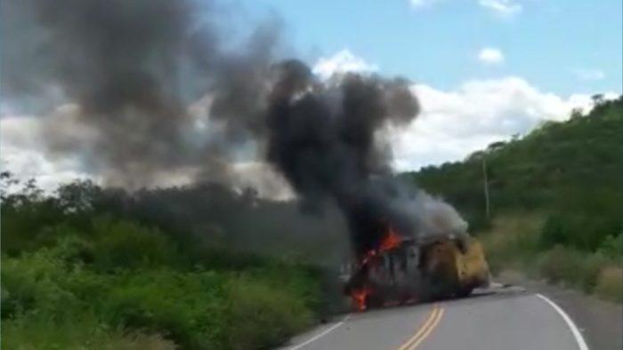 Criminosos explodem carro-forte na PB-325, no Sertão da Paraíba