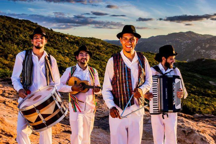Quadrilhas juninas e grupo 'Os Fulano' se apresentam no Centro Cultural do Gervásio Maia