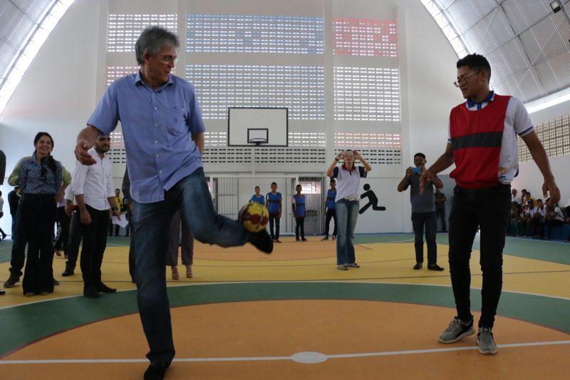 Ricardo atende reivindicação de alunos e inaugura ginásio poliesportivo no Bairro dos Novais