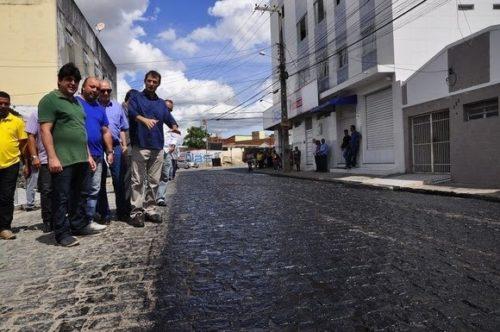 Prefeito vistoria obras de pavimentação de ruas no bairro da Ramadinha, em CG