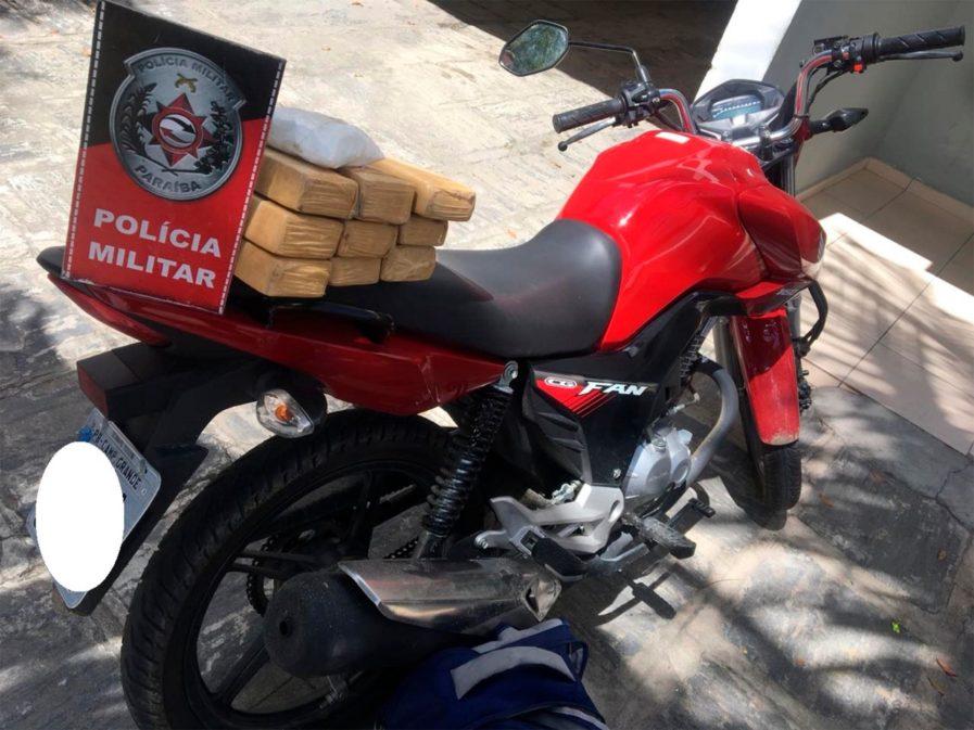 Polícia apreende mais de 5 kg de drogas em motocicleta em CG
