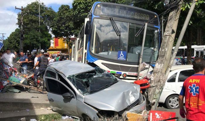 Ônibus colide com dois carros, invade calçada e danifica poste em João Pessoa