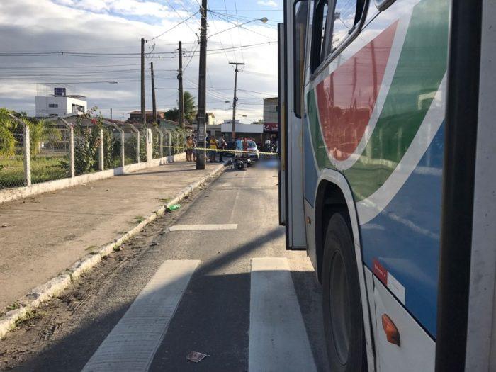 Motociclista morre após ser atropelado por ônibus em JP