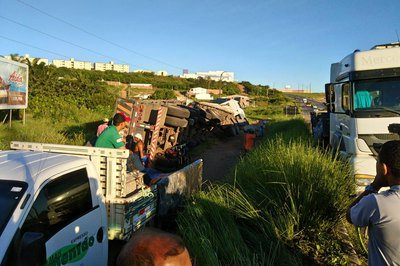 Após suposta tentativa de assalto, caminhão de cimento tomba na BR-230