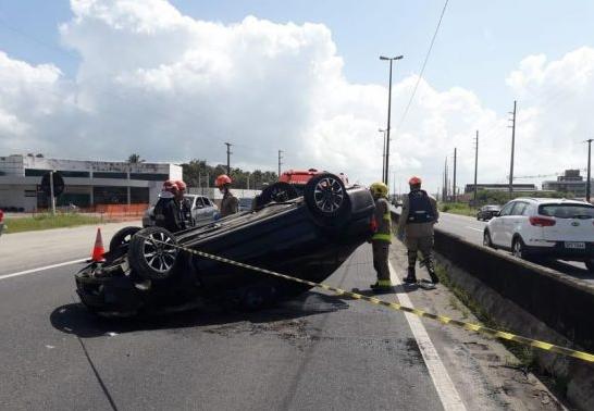 Carro capota na BR-230 e homem ferido é levado para o Trauma de JP