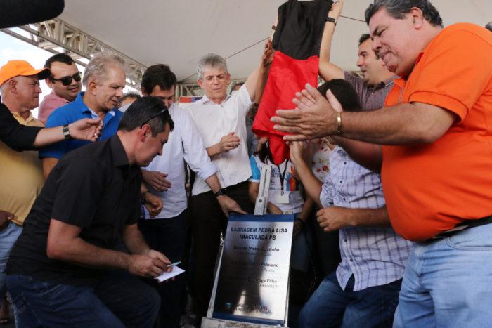 Governador da PB entrega barragem em Imaculada que deve beneficiar 13 mil pessoas