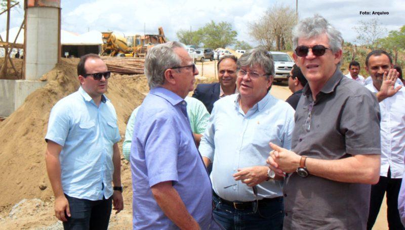 Ricardo inspeciona obras de pavimentação de 22 ruas no Alto do Mateus, nesta quarta-feira