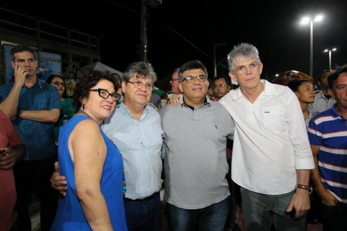 João Azevêdo prestigia show do Tribo de Jah em inauguração da Praça do Mar, no Conde