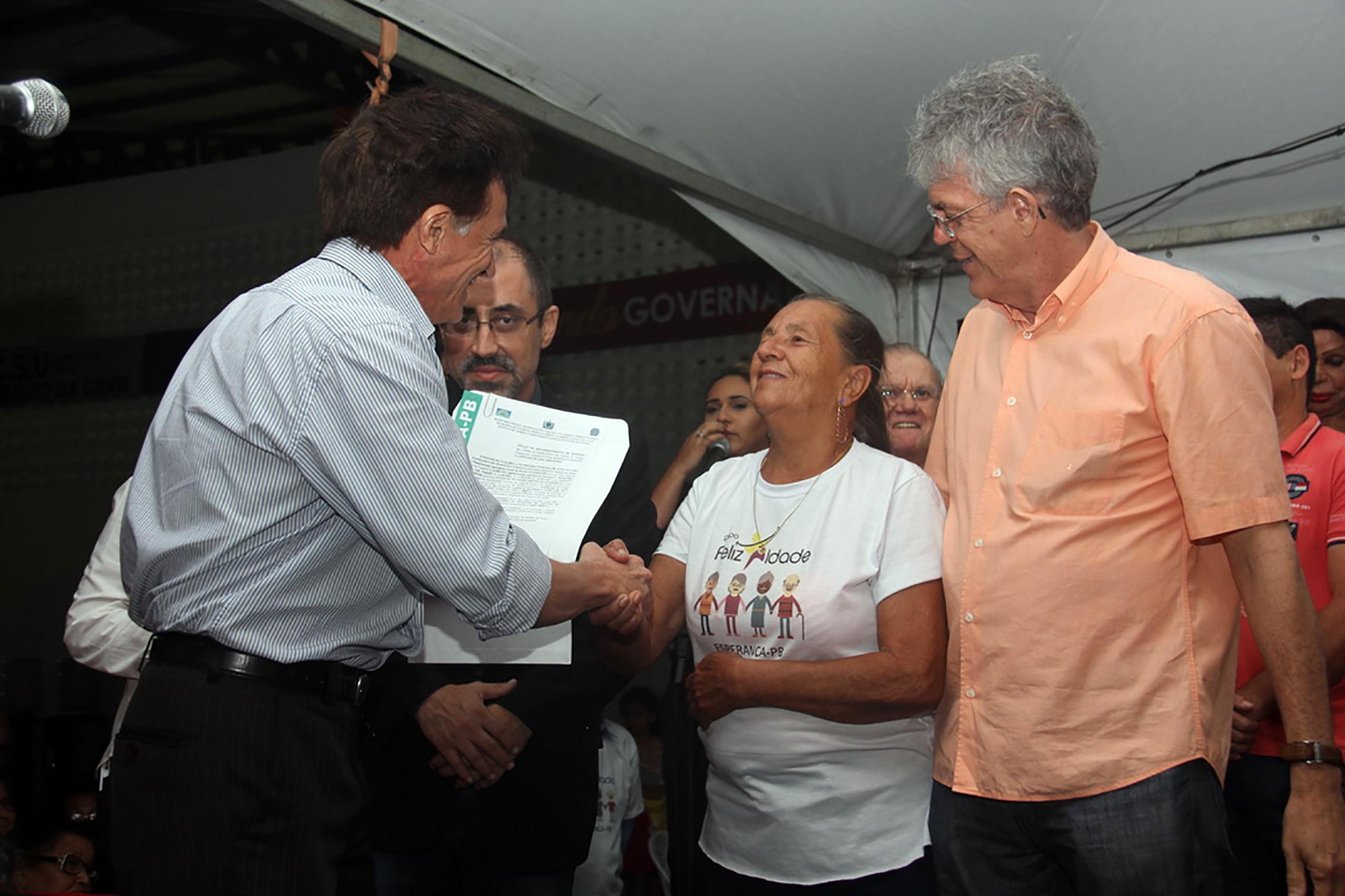 Governo entrega reforma do Centro Social Urbano e autoriza obras em Esperança
