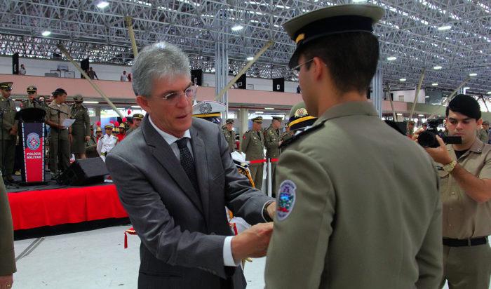Governador da PB homenageia 80 policiais militares e civis com condecorações