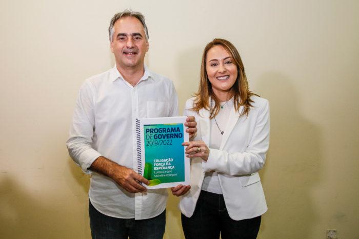 Ao lado de Micheline, Lucélio registra sua candidatura ao governo no TRE-PB