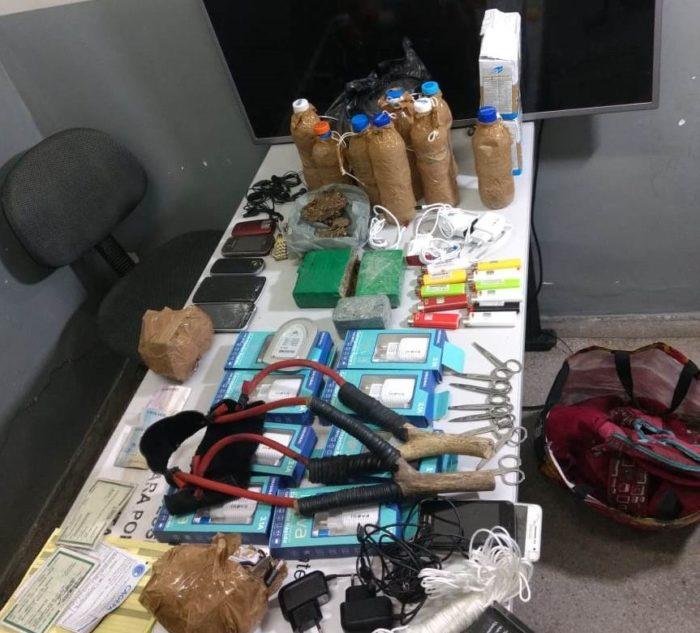Polícia prende dupla que ia jogar celulares e drogas em presídio de CG