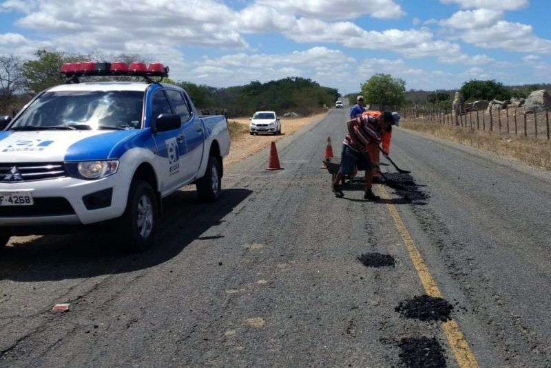 DER reinicia serviços da operação tapa buraco nas estradas da PB; veja trechos contemplados