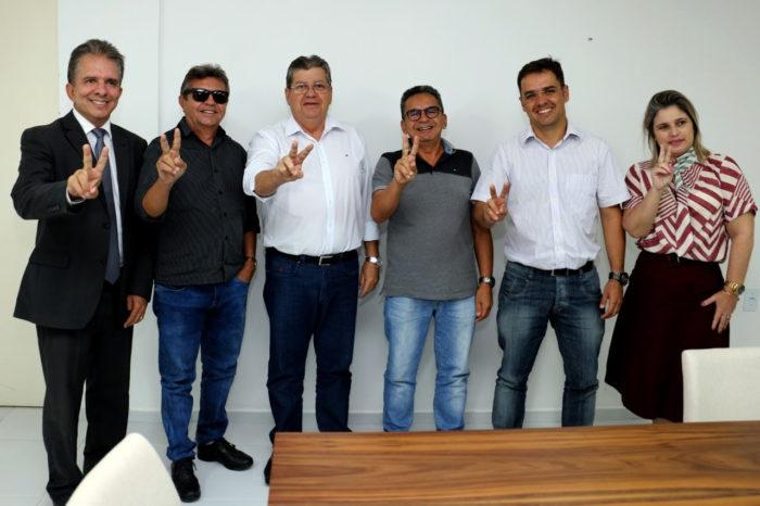 Mais adesões: prefeito do MDB e vice do PP declaram apoio à candidatura de João