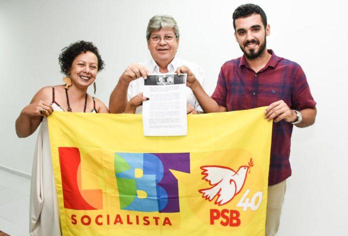João recebe carta-proposta do segmento LGBT e garante apoiar políticas do movimento