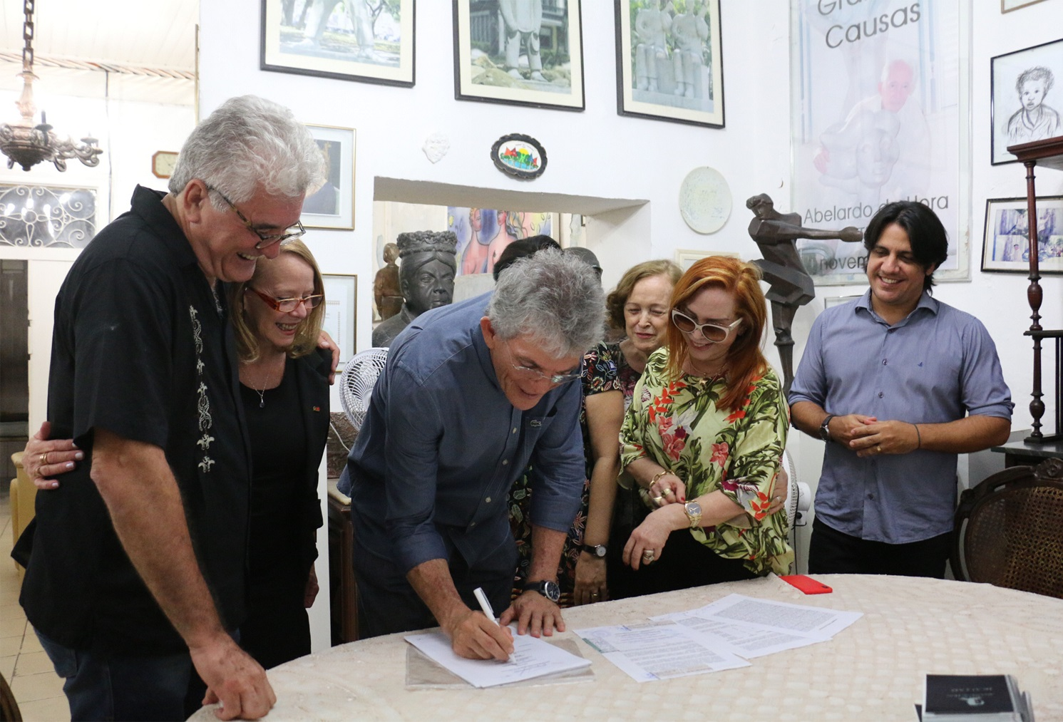 Ricardo assina Termo de Doação e obras do escultor Abelardo da Hora ficam na PB