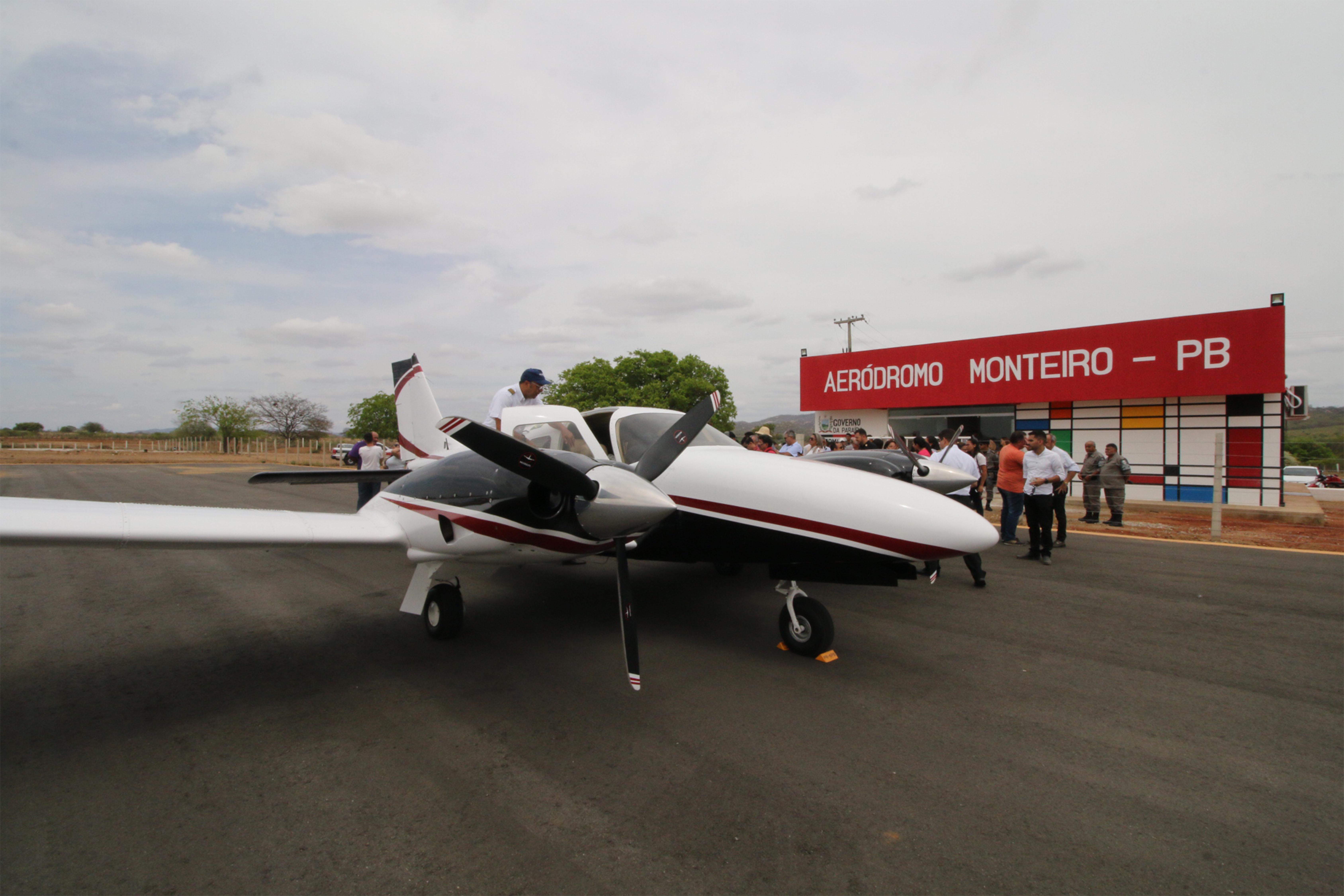 Ricardo entrega reforma e acesso de aeródromo de Monteiro e bloco de salas da UEPB