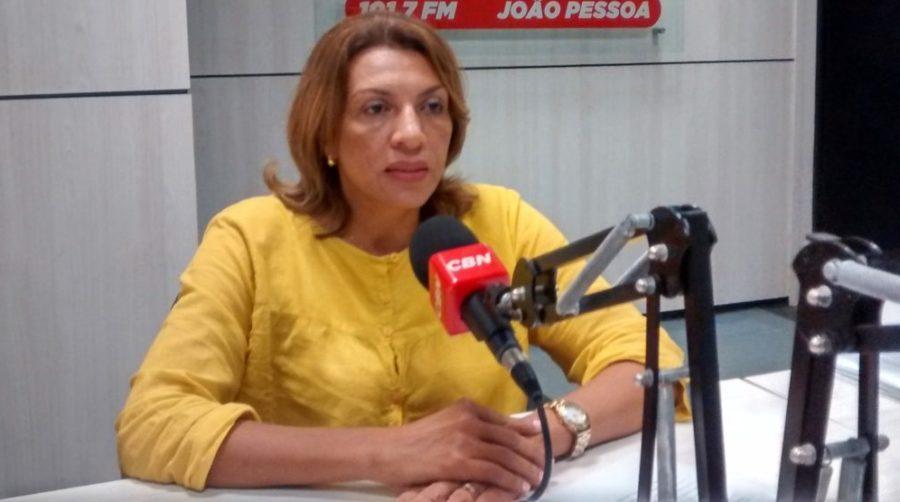 """Cida ironiza oposição: """"diziam que Ricardo iria mandar, agora reclamam da ausência"""""""