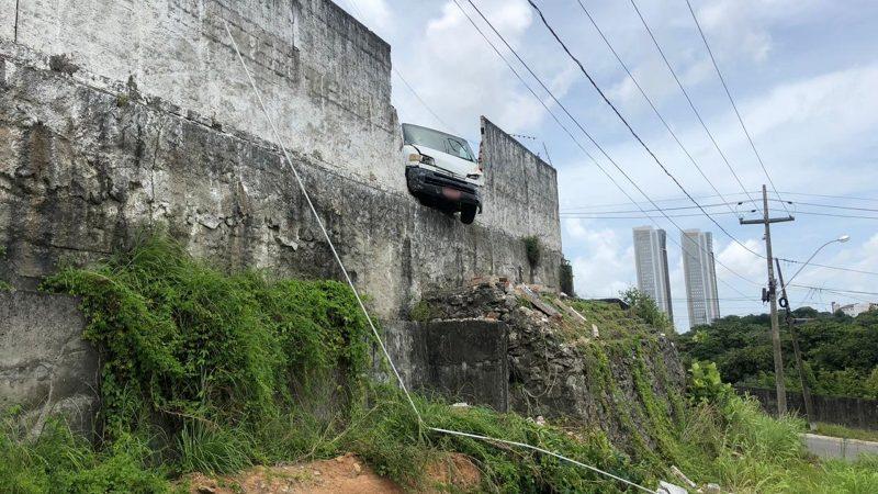 Susto: veículo fica pendurado após derrubar muro de condomínio em JP