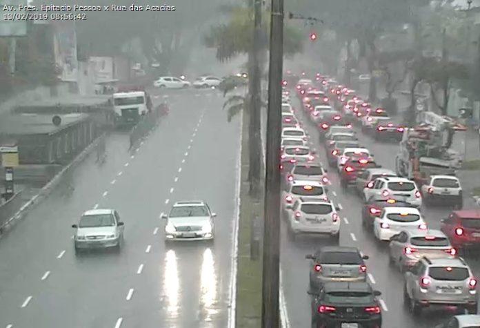 Dia de caos: chuvas alagam ruas e provocam congestionamentos no trânsito de JP