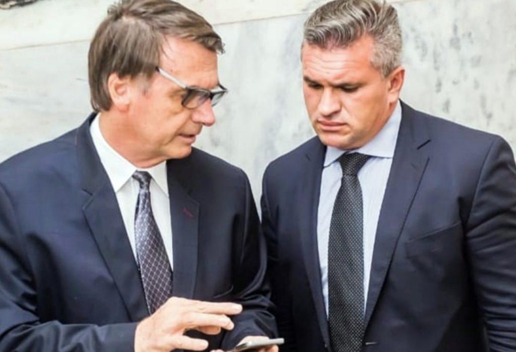 Julian mostra estatuto do Aliança admitindo verbas do Fundão e expõe hipocrisia de Bolsonaro