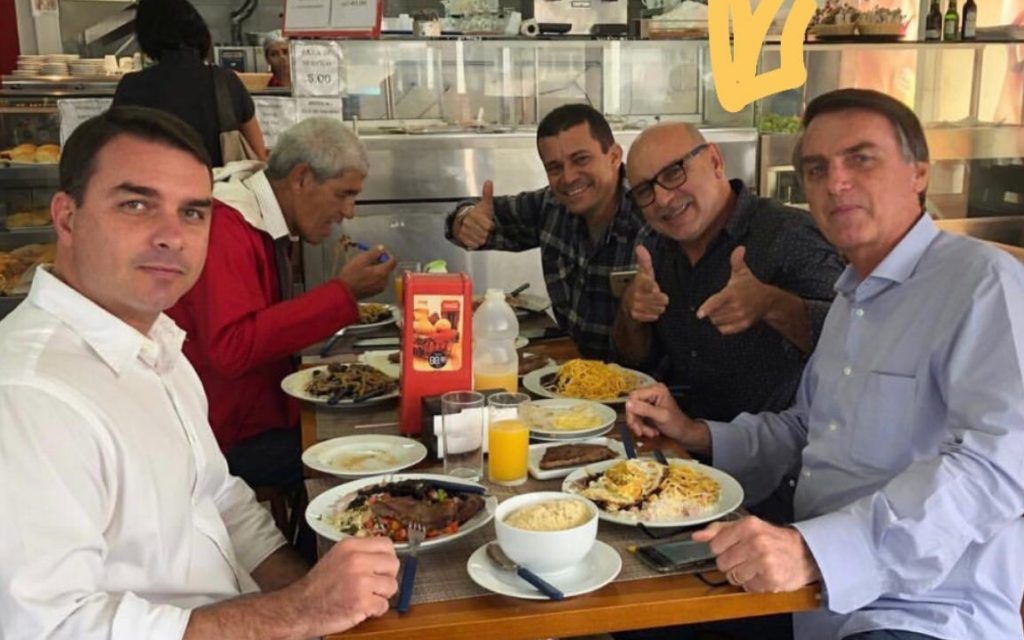 Revista Veja revela onde está o ex-assessor do filho 'Zero Um' de Bolsonaro