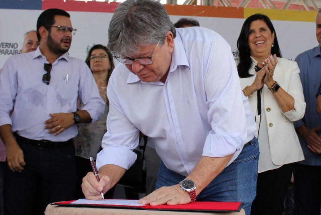 João autoriza R$ 43 milhões em obras de saneamento e lança campanha 'Praia Limpa'