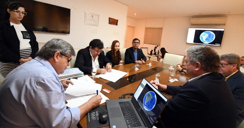 João Azevêdo assina termo com Canadá para fortalecer o programa Gira Mundo