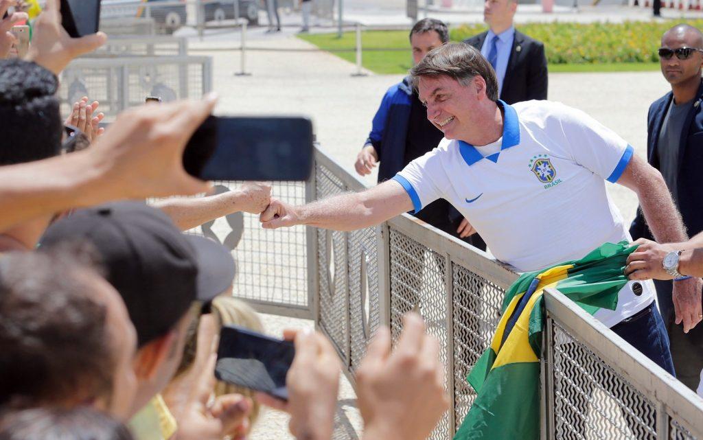 Partido denuncia Bolsonaro à OMS por expor brasileiros à morte em ato