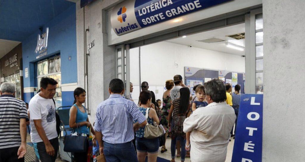 Bolsonaro publica decreto determinando reabertura de 2,4 mil casas lotéricas