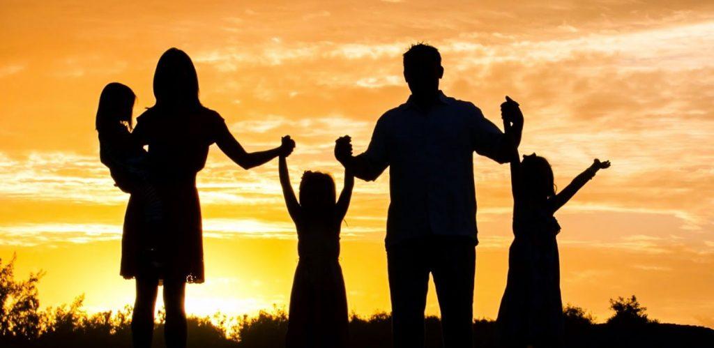 Campanha pede que pessoas contra isolamento escolham quem da família salvariam na UTI