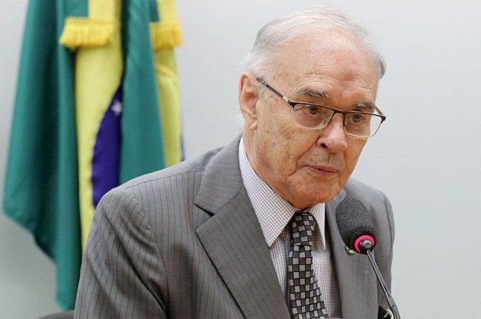 Aliado de Bolsonaro, senador Arolde de Oliveira morre de Covid-19